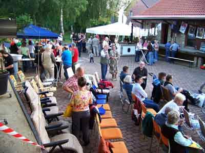 Feiluftkino 2007 - Das Publikum im Anmarsch