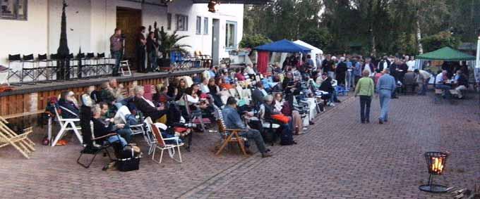Publikum beim Freiluftkino 2008 im Kinomuseum Vollbüttel