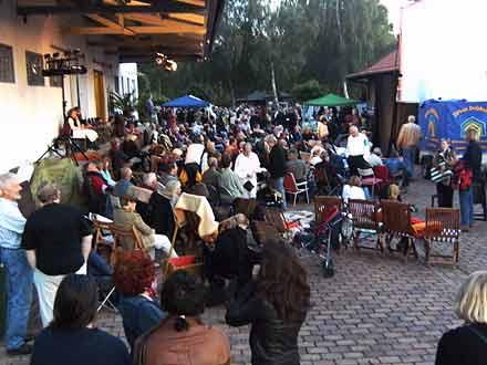 Zuschauer beim Freilichtkino 2008 im Kinomuseum Vollbüttel
