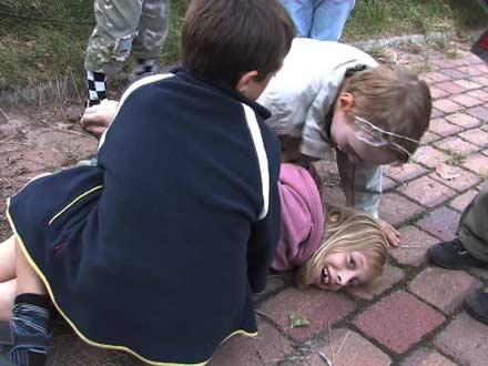 Kinder kämpfen als Vampire