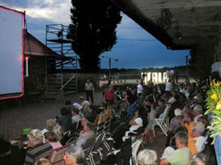 Publikum beim Freiluftkino 2009 im Kinomuseum Vollbüttel