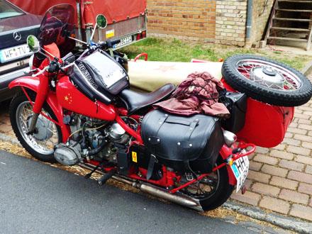 Ein Motorrad aus Hamburg beim Freiluftkino 2010 im Kinomuseum Vollbüttel