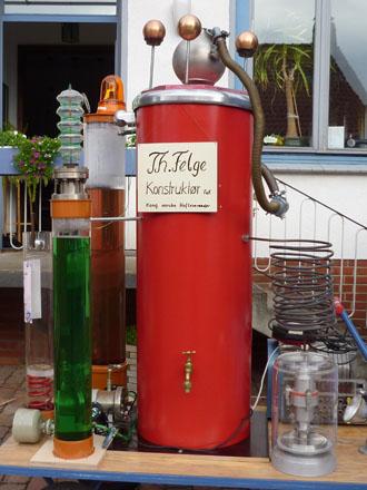 Eine Apparatur von Theodor Felge beim Freiluftkino 2010 im Kinomuseum Vollbüttel