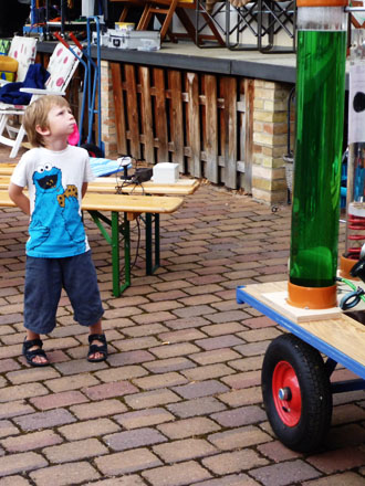 Ein Kind staunt über die Apparatur beim Freiluftkino 2010 im Kinomuseum Vollbüttel