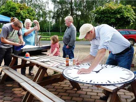 Fleissige Helfer bei der Vorbereitung des Freiluftkinos 2011 im Kinomuseum Vollbüttel