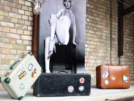 Koffer-Deko beim Freiluftkino 2011 im Kinomuseum Vollbüttel