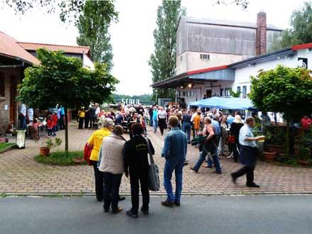 Besucher beim Freiluftkino 2011 im Kinomuseum Vollbüttel