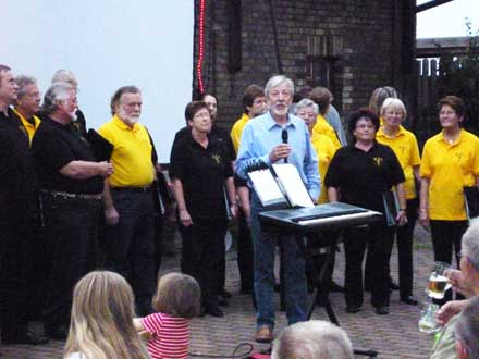 Peter Schade-Didschies, stellt den Heidechor beim Freiluftkino 2011 im Kinomuseum Vollbüttel vor