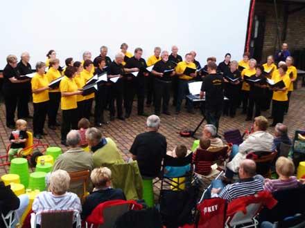 Der Heidechor beim Freiluftkino 2011 im Kinomuseum Vollbüttel