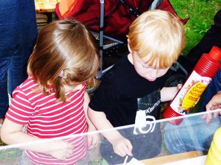 Kinder am Buffet beim Freiluftkino 2011 im Kinomuseum Vollbüttel