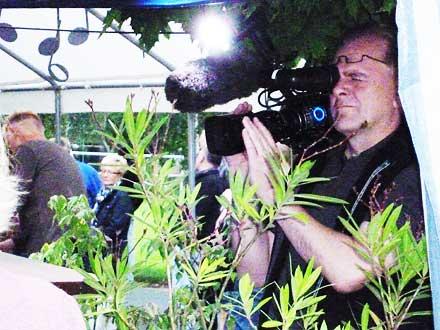 Kameramann dreht beim Freiluftkino 2011 im Kinomuseum Vollbüttel