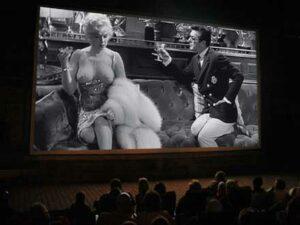 """Filmszene aus """"Manche mögen's heiss"""" beim Freiluftkino 2011 im Kinomuseum Vollbüttel"""