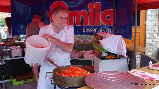 Zubereitung der Grillpfanne beim Freiluftkino 2016 im Kinomuseum Vollbüttel
