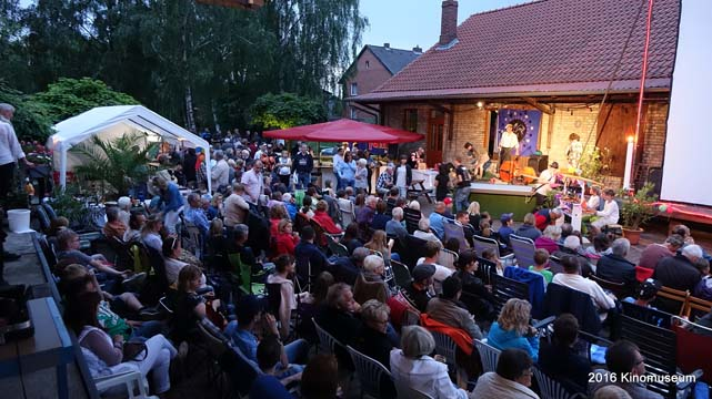 Publikum beim Freiluftkino 2016 im Kinomuseum Vollbüttel