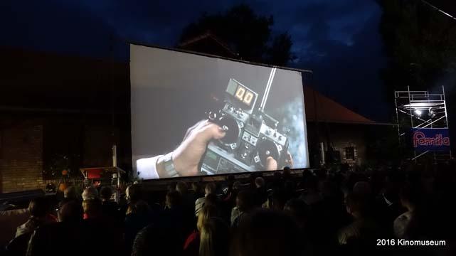 """Filmszene aus """"Zurück in die Zukunft"""" beim Freiluftkino 2016 im Kinomuseum Vollbüttel"""