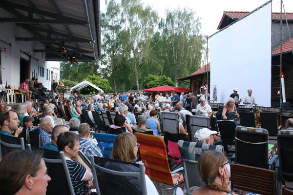 Publikum beim Freiluftkino 2018 im Kinomuseum Vollbüttel
